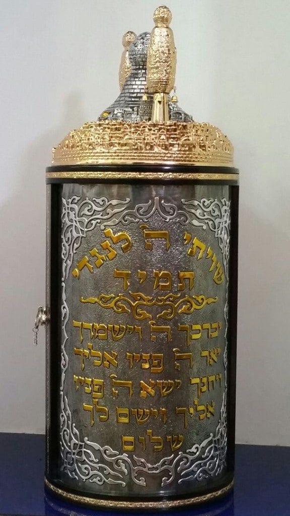 תיקים בצבע זהב לספרי תורה